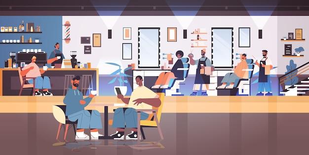 Peluqueros peluqueros en uniforme de corte de cabello de clientes de raza mixta concepto de corte de pelo de moda interior de peluquería ilustración vectorial horizontal de longitud completa