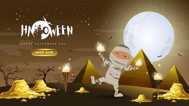 Pequeña momia linda con oro y pirámide sobre fondo oscuro de la noche