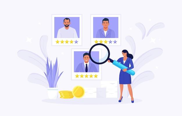 Pequeña mujer que elige al mejor candidato. los gerentes de recursos humanos buscan un nuevo empleado y seleccionan un currículum vitae de trabajador o personal. proceso de contratación en línea. gestión de recursos humanos y concepto de contratación laboral