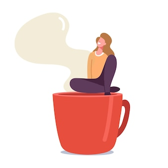 Pequeña mujer relajante en coffee break sentado en enorme taza humeante