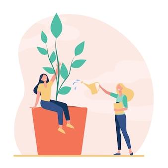 Pequeñas mujeres creciendo y regando la planta en maceta.