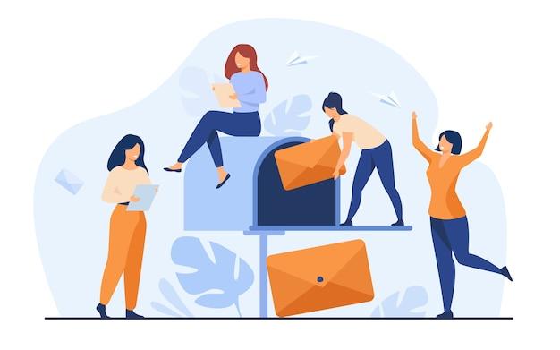 Pequeñas mujeres recibiendo correo de la ilustración de vector plano de buzón. gente de dibujos animados leyendo boletines o noticias sociales. servicio de marketing y correo por concepto de negocio
