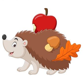 Pequeño erizo de dibujos animados lleva una manzana con setas y hojas en la espalda