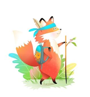El pequeño explorador fox va de aventuras con mochila y bastón, vistiendo plumas. lindo personaje animal para niños.