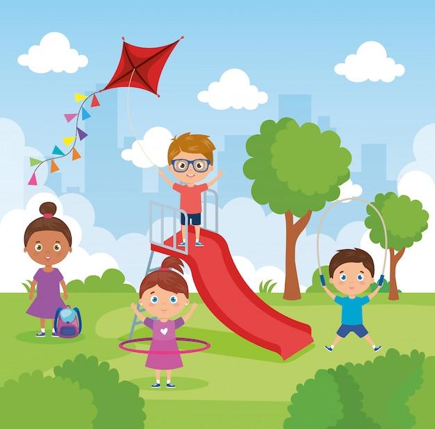 Pequeño grupo de niños jugando en el paisaje del parque