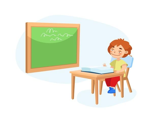 Pequeño personaje de colegial sentado en el escritorio con libro de texto abierto