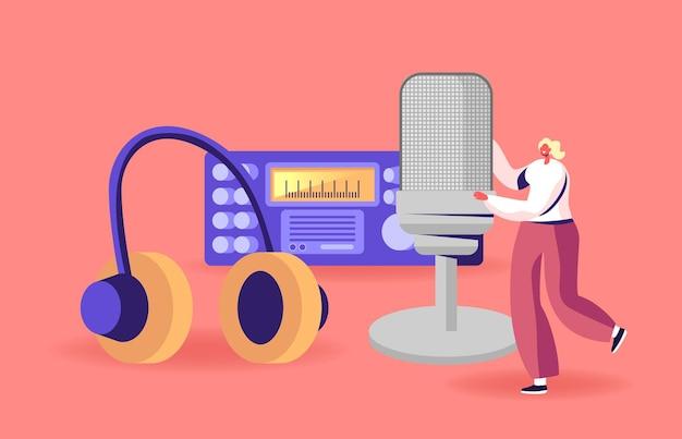 Pequeño personaje femenino con enorme micrófono o auriculares cerca del transmisor de radio broadcast podcast