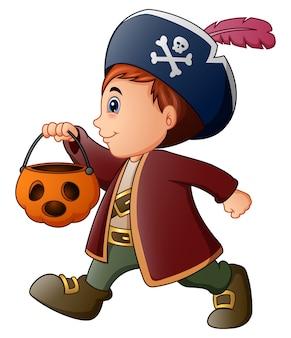 Pequeño pirata de halloween con cesta de calabaza