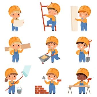 Pequeños constructores. niños con herramientas de construcción que hacen trabajo a los constructores que trabajan con personajes de casco amarillo