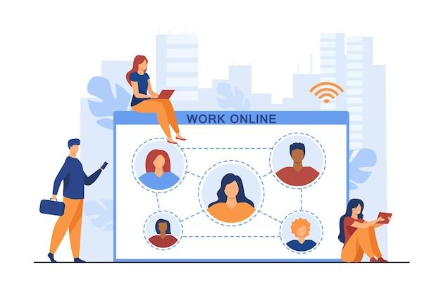 Pequeños empleados que trabajan en línea