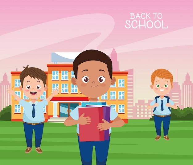 Pequeños estudiantes chicos con personajes uniformes