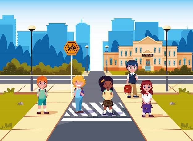 Pequeños estudiantes frente al edificio de la escuela