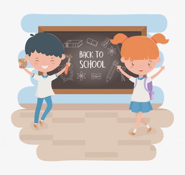 Pequeños estudiantes pareja con pizarra y útiles escolares