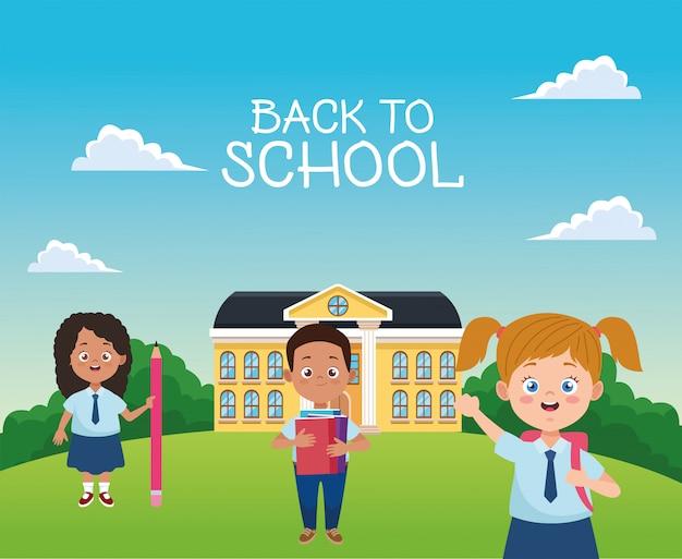Pequeños estudiantes con uniformes en los personajes de la escuela.