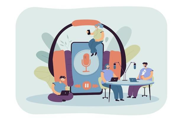 Pequeños hombres y mujeres que escuchan la radio o transmiten una ilustración plana. ilustración de dibujos animados