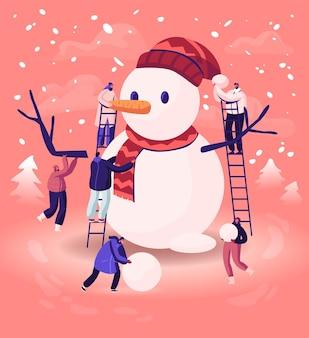 Pequeños personajes masculinos y femeninos jugando en el día de invierno haciendo divertido muñeco de nieve parado en escaleras en la calle con ventisqueros. ilustración plana de dibujos animados