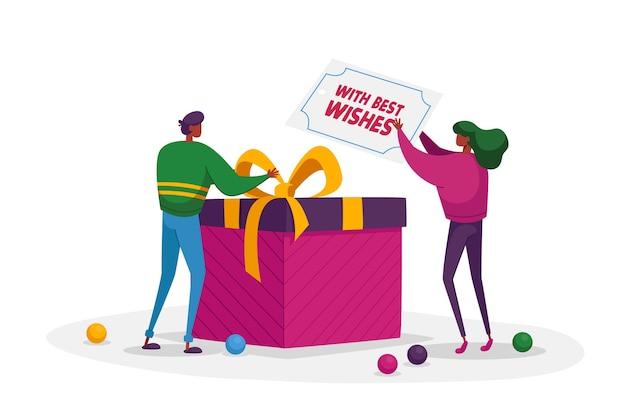 Pequeños personajes masculinos y femeninos que envuelven un regalo enorme y ponen una tarjeta de felicitación en una caja de regalo