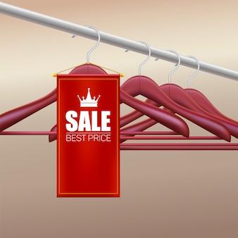 Perchas de madera. bandera roja con publicidad de ventas.