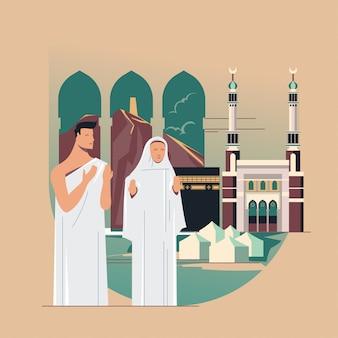 Peregrinación de musulmanes rezando a dios con kaaba, masjid al-haram