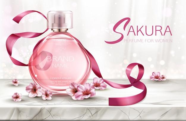 Perfume, producto cosmético en botella de vidrio con encaje y flores de sakura rosa.