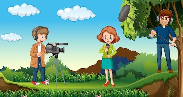 Periodista trabajando en la naturaleza
