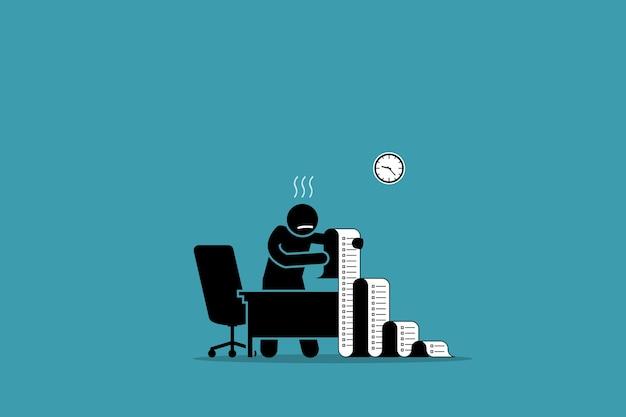 Persona de negocios sosteniendo un papel largo con la lista de tareas pendientes en la oficina.