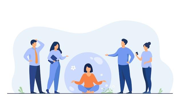 Persona que mantiene distancia social y evita el contacto. mujer separándose de la multitud y meditando en burbuja transparente.