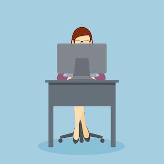 Persona que trabaja en su escritorio de oficina con su computadora personal.