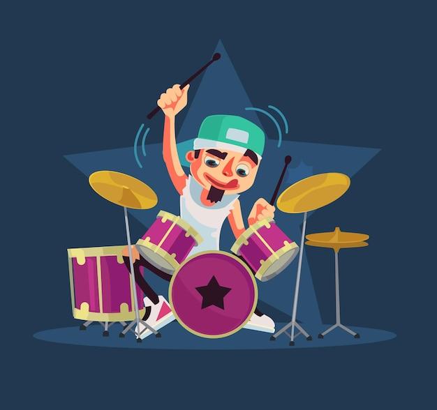 El personaje del baterista toca la batería.