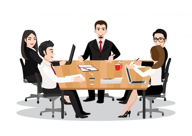 Personaje de dibujos animados con empresarios discutiendo juntos en la sala de conferencias durante la reunión en la oficina. concepto de icono plano de trabajo en equipo