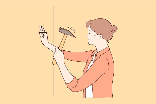 Personaje de dibujos animados joven sudoroso fuerte seguro fuerte mujer martillando clavos en la pared en casa.