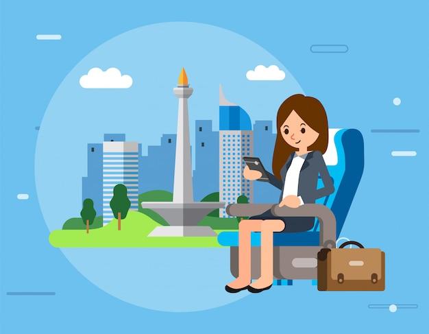 El personaje de las empresarias se sienta en el asiento del avión y revisa el teléfono inteligente, el maletín junto a ella y la ciudad de yakarta como ilustración
