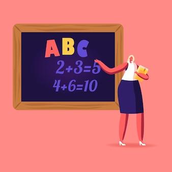 Personaje de maestra con puntero explicando alfabeto y soporte de lección de matemáticas en blackboard
