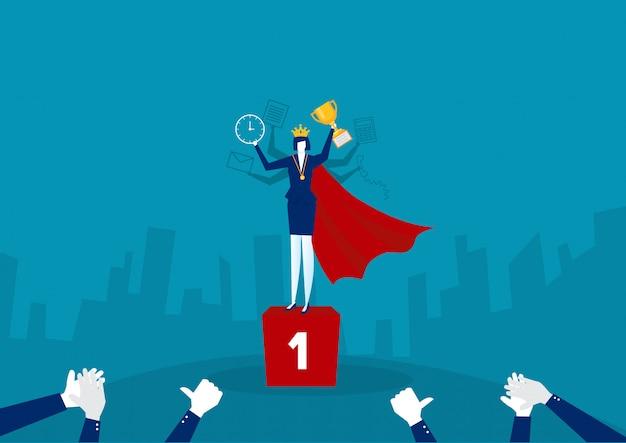 El personaje de la mujer de negocios que sostiene el trofeo promueve la posición y obtiene la recompensa de pie en el podio y celebra.ilustrador