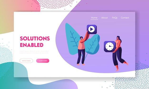 Personajes femeninos con iconos de aplicaciones móviles de grabación de vídeo y reloj en las manos. desarrollo de contenido de aplicaciones, página de destino del sitio web de tecnologías, página web. ilustración de vector plano de dibujos animados