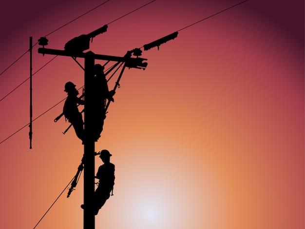 El personal de silhouette of maintenance mantiene un sistema de distribución de alta resistencia.