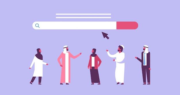 Personas árabes sobre búsqueda en línea navegación por internet concepto web sitio web gráfico de barras plano horizontal