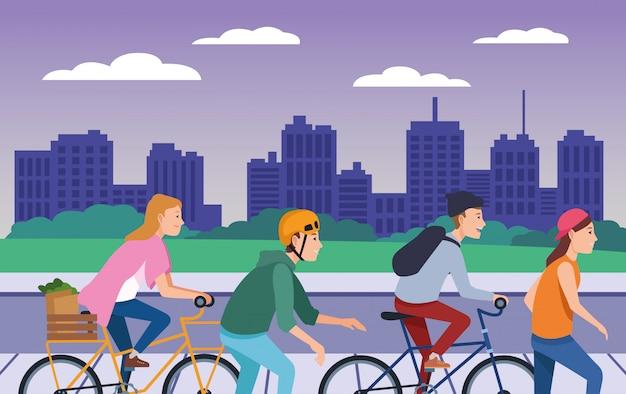 Personas con bicicletas y patinetas.