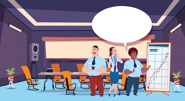 Personas chateando con ilustración de burbujas de discurso