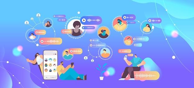 Las personas se comunican en mensajería instantánea mediante mensajes de voz, aplicación de chat de audio, medios sociales, concepto de comunicación en línea, ilustración vectorial horizontal