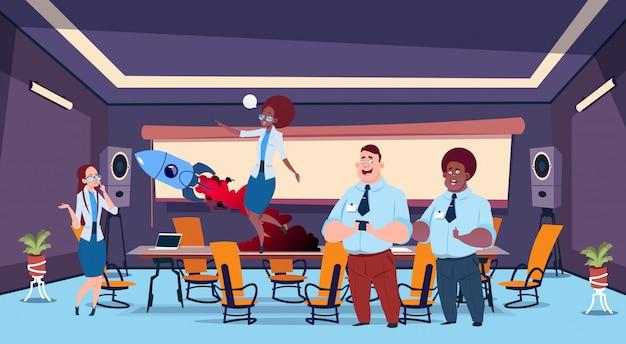 Personas conversando en la sala de reuniones