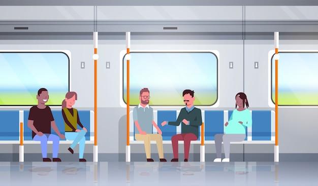 Las personas dentro del metro tren suburbano discutiendo durante la carrera mixta de pasajeros pasajeros sentados en transporte público horizontal plana de longitud completa