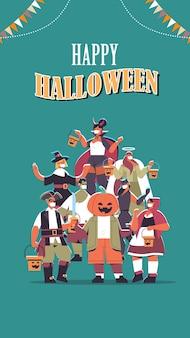 Personas en diferentes disfraces celebrando el concepto de fiesta de halloween feliz mezcla raza hombres mujeres divirtiéndose letras tarjeta de felicitación ilustración vectorial vertical