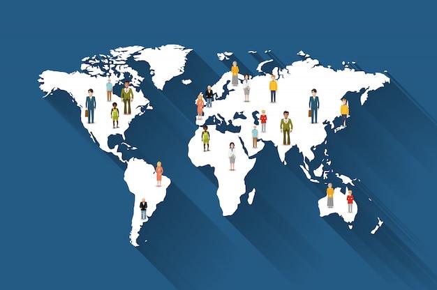 Personas de diferentes países en el mapa del mundo.