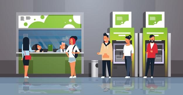 Personas esperando línea cajero efectivo