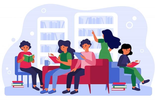Personas estudiando y aprendiendo en la sala