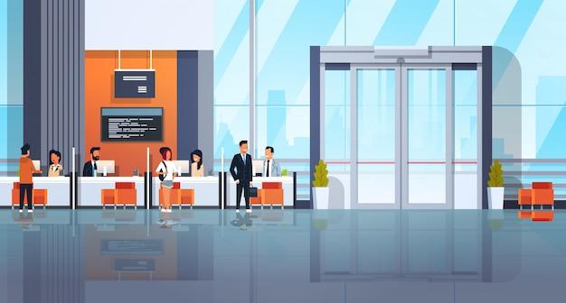 Personas y gerentes bancarios en el centro financiero