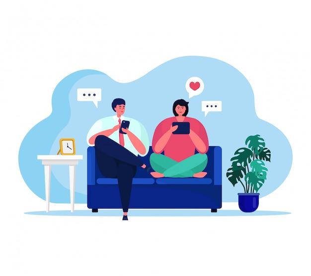 Personas con ilustración de gadgets, personajes de dibujos animados feliz pareja sentada, usando tableta o teléfono inteligente para la actividad de las redes sociales
