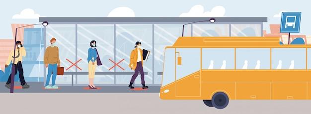 Personas en máscara distanciamiento social en la estación de autobuses