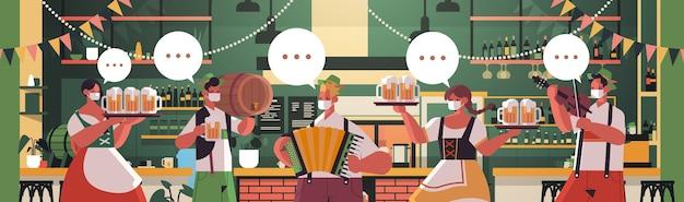 Personas con máscaras médicas bebiendo cerveza y tocando instrumentos musicales.